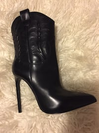 pair of black leather heeled boots 56 km