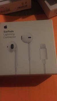 Apple EarPods with Lightning Connector box