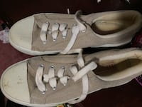 Pair of gray low-top sneakers:6 size
