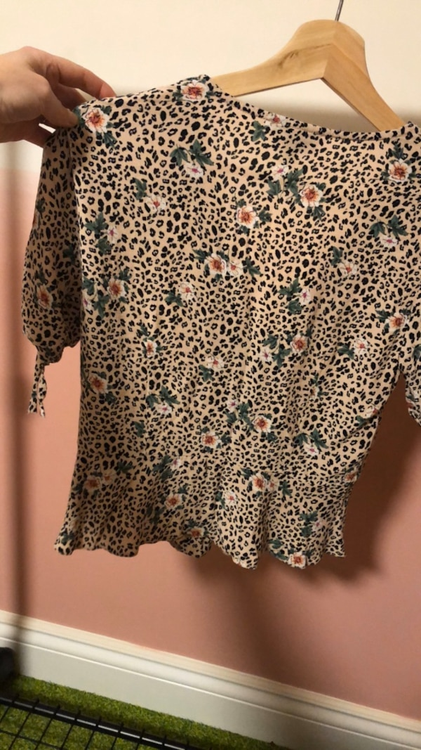Topshop blouse size small c74ef2dc-fc35-4095-9815-78a8fa19a34c