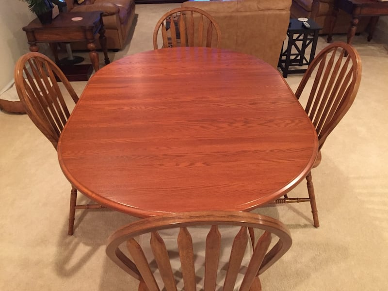 Havertys Dining set. Original price is over $2k. Like new! Solid Oak! 600bbfed-bf4e-485b-a6cb-ddb0219054d3