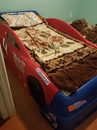 Toddler bed racing car good condition