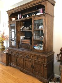 Brown wooden china cabinet, with lighting Leona Valley, 93551