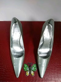 pair of gray leather pointed-toe pumps Oak Park, 48237