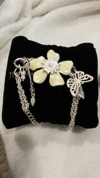 silver braclet with white flower pendant Burnaby, V5B 1Y5