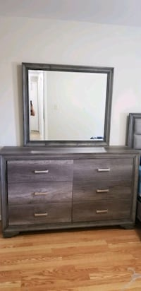 10/10 condition Dresser and Mirror (best offer) Oshawa, L1G 7A4