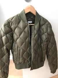 Army green aritzia bomber size xs - worn 2-3 times and in excellent condition Vancouver, V6B 0A2