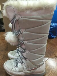 Pair of white winter boots size 8 Mississauga, L5H 3Y9