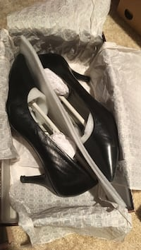 Pair of black leather Bandolino shoes with box Burke, 22015