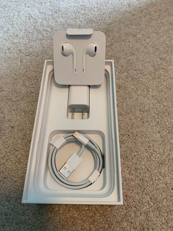 Apple iPhone charger and earbuds(lightning) 0