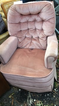 Pink recliner chair good condition  53 km