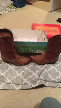 pair of brown leather cowboy boots with box Statesboro, 30458