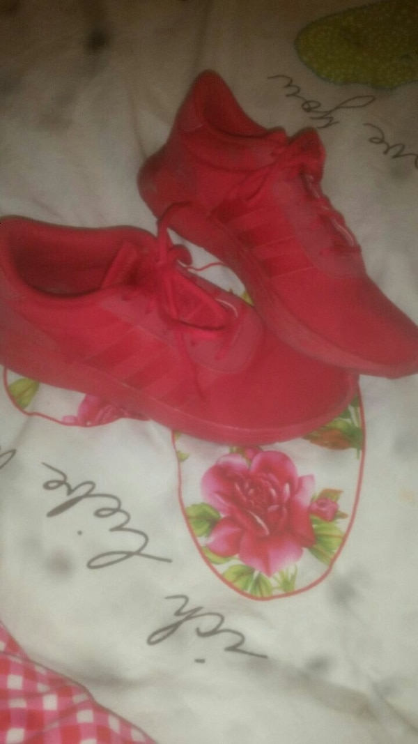 Paar rote Adidas Turnschuhe