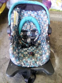 baby's blue and white floral car seat Dos Palos, 93620