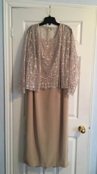 Champagne coloured ladies dress. Worn once for summer wedding. Or best offer. Lovely for mother of the bride. Size 12 Mississauga, L4Z 4E9