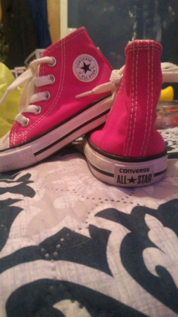 Photo Toddler size 4 converse all star Chuck Taylor shoes