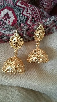 pair of gold-colored jhumka earrings Orangeville, L9W 4Z7