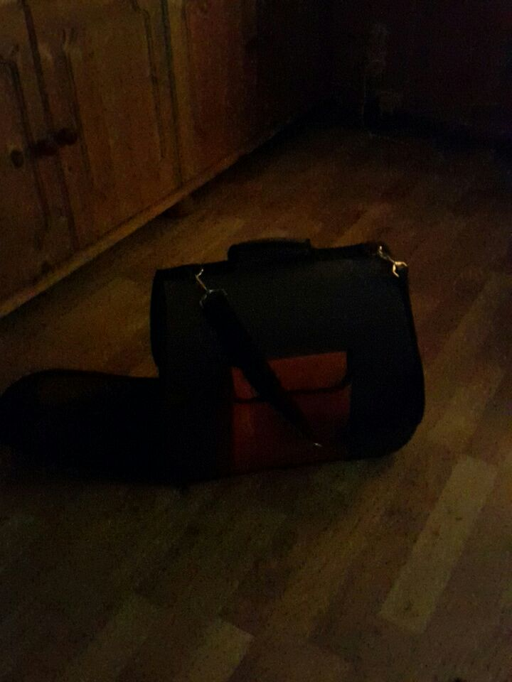 svart pet carrier