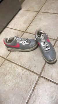 pair of gray-and-red Nike sneakers Evans, 30809