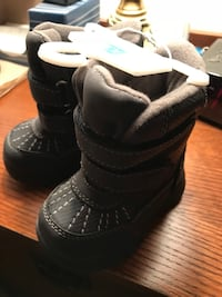 Snow boots for toddler -Size 4. Never worn. Grey. Lined Sterling, 20164