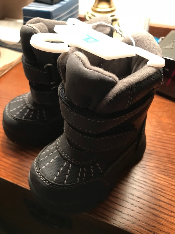 Snow boots for toddler -Size 4. Never worn. Grey. Lined 0f79fd3e-6e02-4df1-b93f-6620fc1864e6