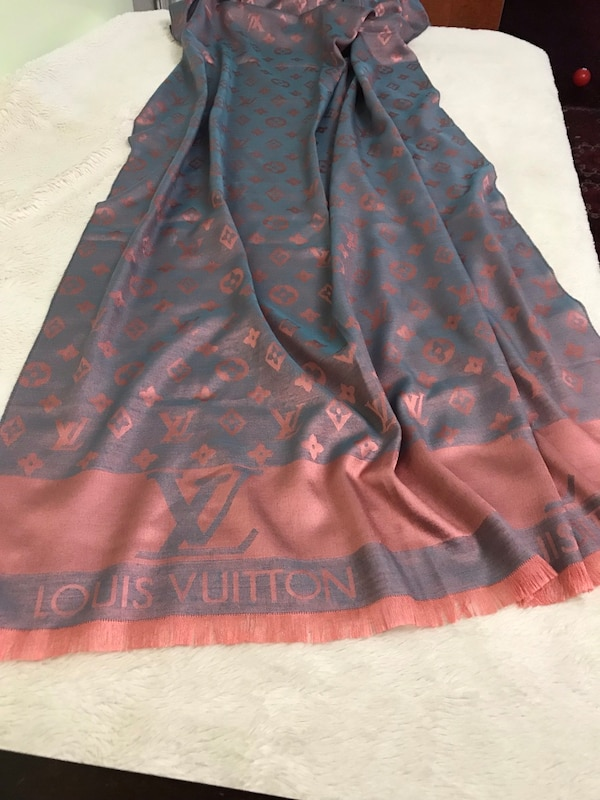 Cute Louis Vuitton scarf, come with box