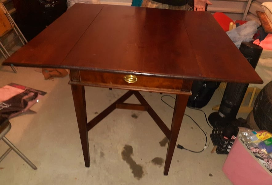 Mahogany Small drop Leaf Dining room table with chairs  281f2795-d5af-4d6a-ba18-f804910b6e10