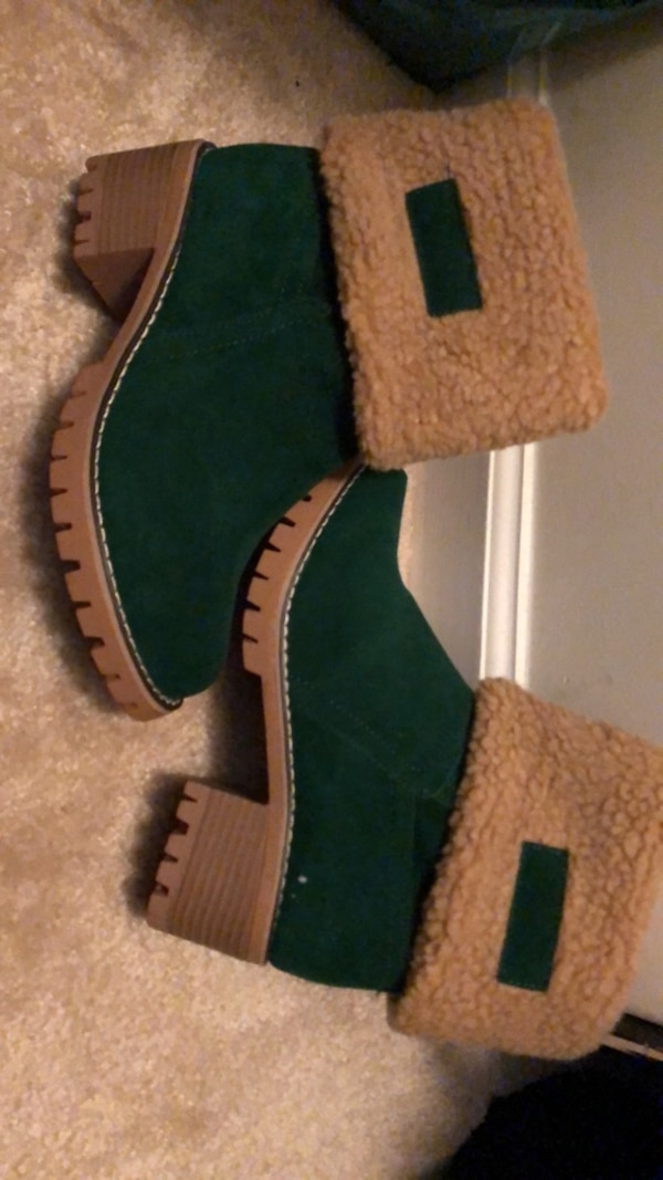 pair of green-and-brown slip on shoes aa491394-70c7-4ded-9d2a-47a32c7ee0e2