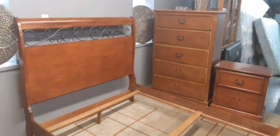 Queen bedroom set/delivery available b49e0e93-a1df-46be-9c74-dcdae65388d4