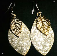 pair of gold-colored dangling earrings Waukegan, 60085