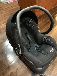 Black Maxi cosi infant car seat with base  18 km