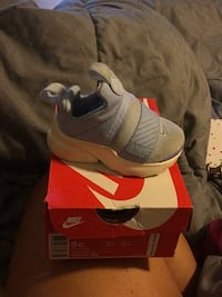 Unpaired white and red nike basketball shoe New York, 10458
