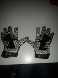 Under Armour football gloves  Collingwood, L9Y 2E3