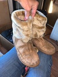 Moccons boots size 7
