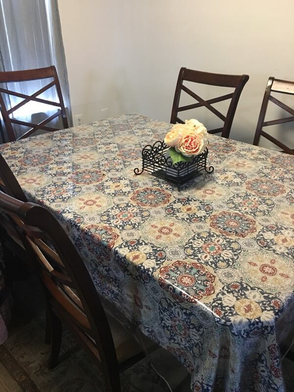 Dinning Room Table with 6 chair in good condition 0ae785ea-a372-491f-8f1b-faf76b9126d0