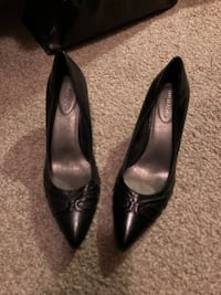 pair of women's black leather pointed-toe heeled shoes