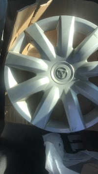 Gray toyota 5-spoke hub cap