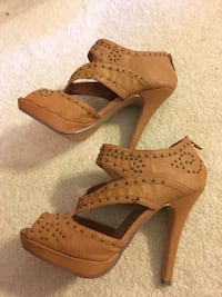 Size 6 brown leather heels. very comfy n only worn 2x. please check out my other listings. everything is negotiable