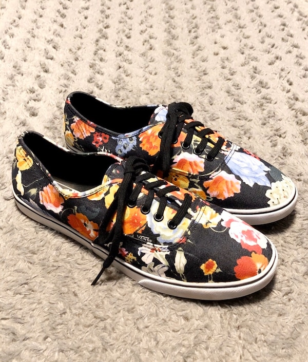 Women's printed floral lo-top paid $75 size 11 Like new condition!  292b888f-dd76-4059-87ab-ae8f5fd94a6e