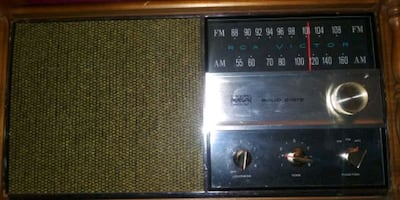 Vintage RCA solid state am/fm solid state tabletop radio