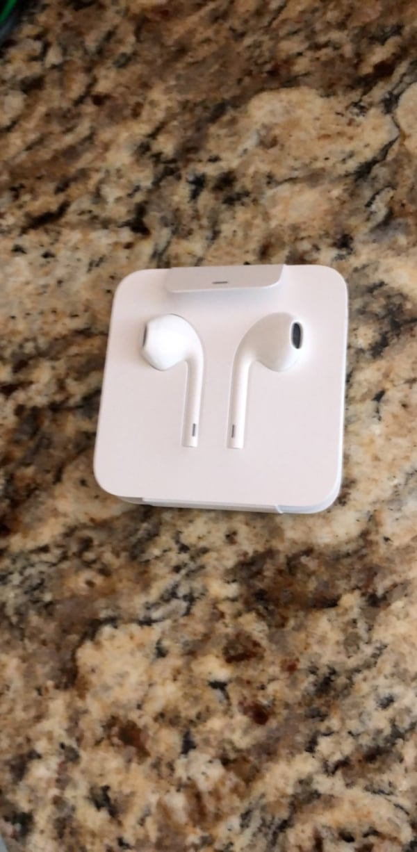 apple earbuds,  genuine from iphone 6, never used 61e6662a-3bfd-4383-8a8c-18bd577017e5