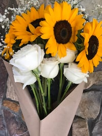 Personalized gift: Sunflower and Roses Bouquet Lynwood