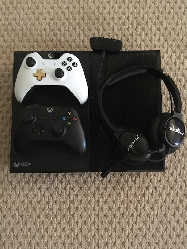 Xbox one with lunar white controller and turtle beach headphones