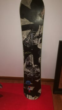 Burton blunt snowboard heavily used great board for all levels and is a flat top