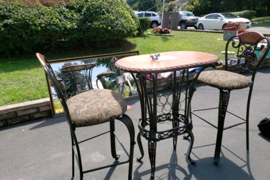 Table & chairs 65a8ec05-63c0-41d1-a487-0f7624aaba27