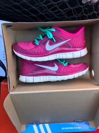 pair of pink Nike running shoes with box 43 km