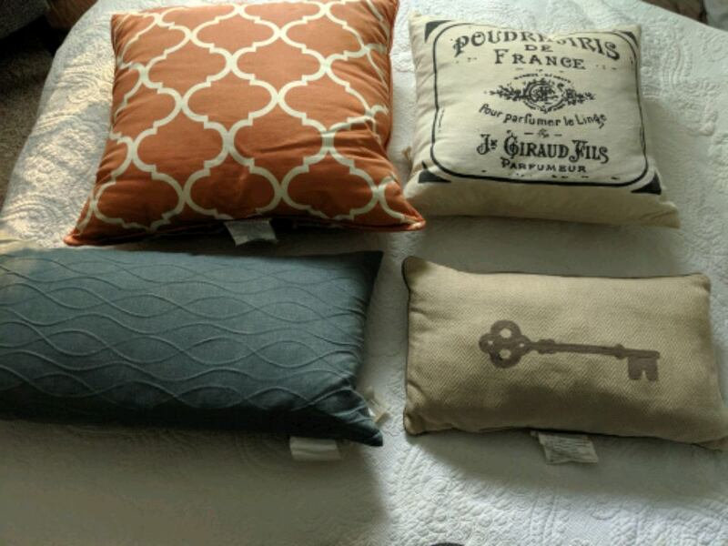 pillows 8dfb1153-c10a-4677-8bfd-29bba3251551