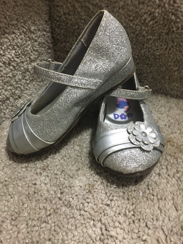Toddler girl size 6 dora shoes available ed589ceb-d06b-4f38-bae6-49859f1e9159
