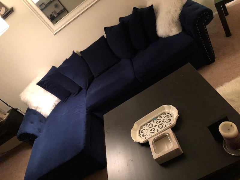 Couch and table 69dc4b19-6f6f-4017-97d0-ef231328c59c