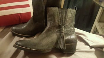 Womens boots size 37 so 61/2-7 in us size  never worn